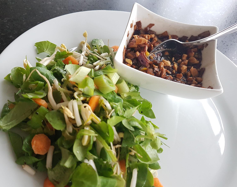 Oosterse salade met taugé, vissaus en noten