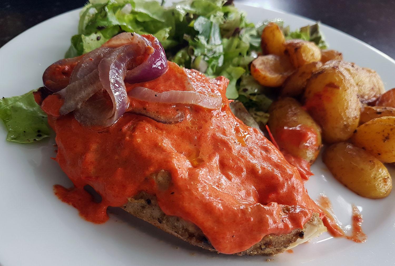 Kipfilet uit de oven met paprika roomsaus